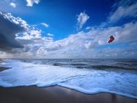 eenzame kitesurfer